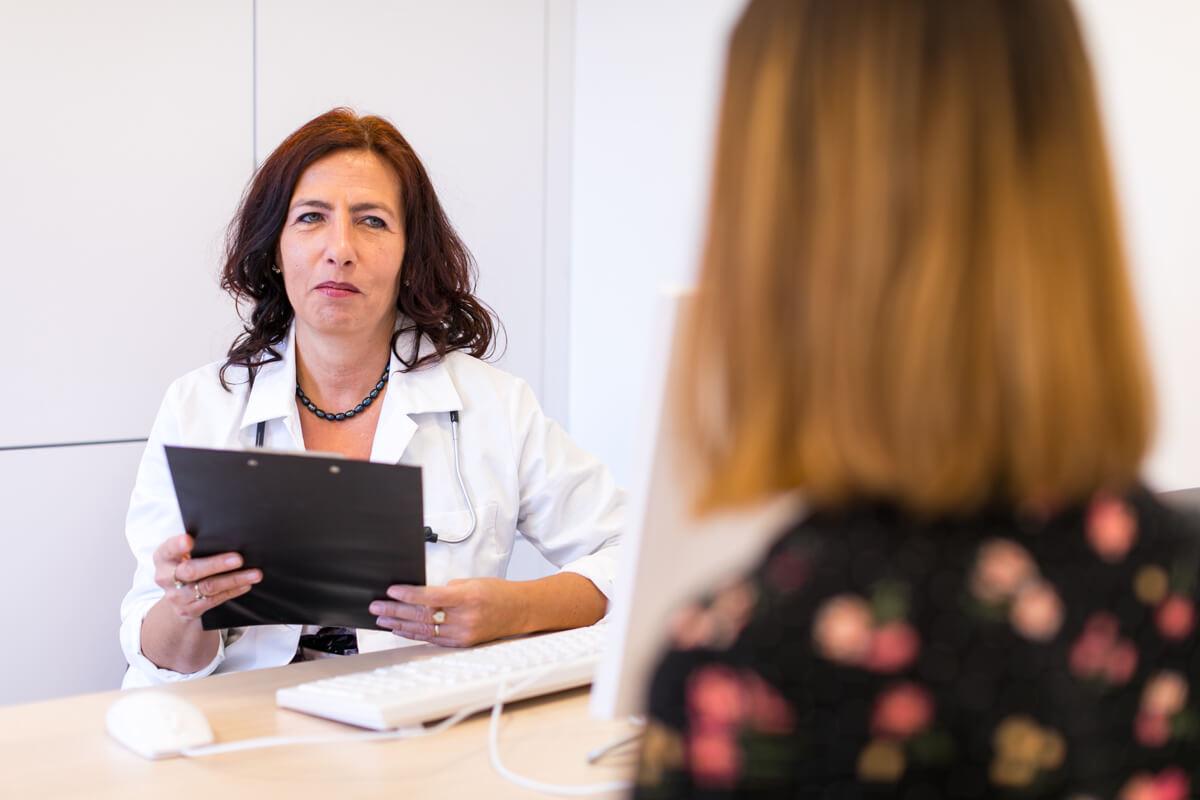 Prof. Dr. Nagy Zsuzsanna endokrinol�gia vizsg�lat k�zben konzult�l a p�cienssel.