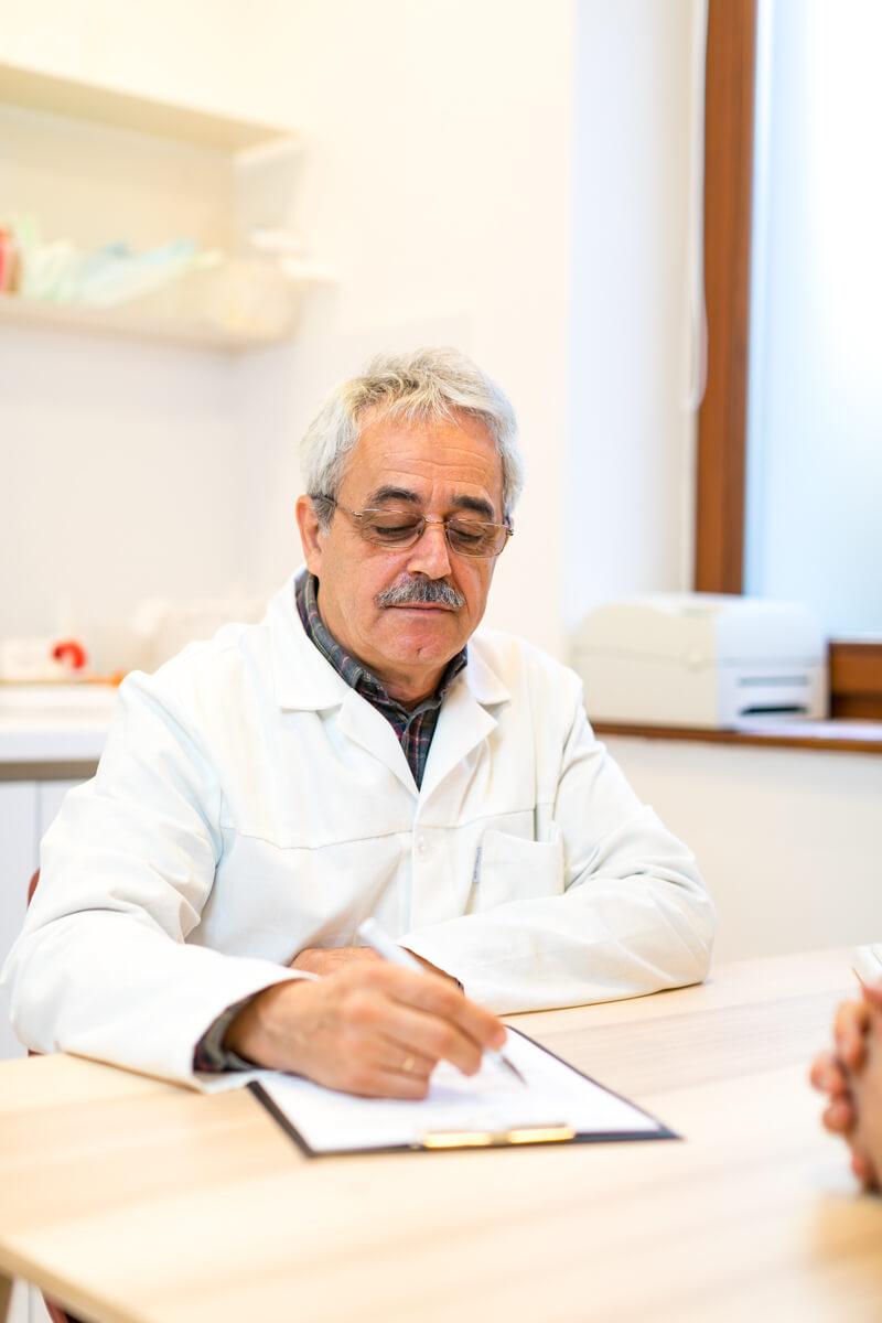 Dr. Pakodi Ferenc gasztroenterol�gia mag�nrendel�s k�zben a MyClinic P�cs Mag�nklinik�n.