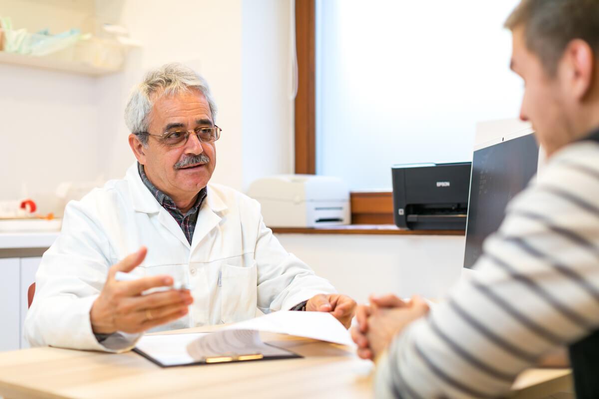 Dr. Pakodi Ferenc gasztroenterol�gia mag�nrendel�s k�zben.