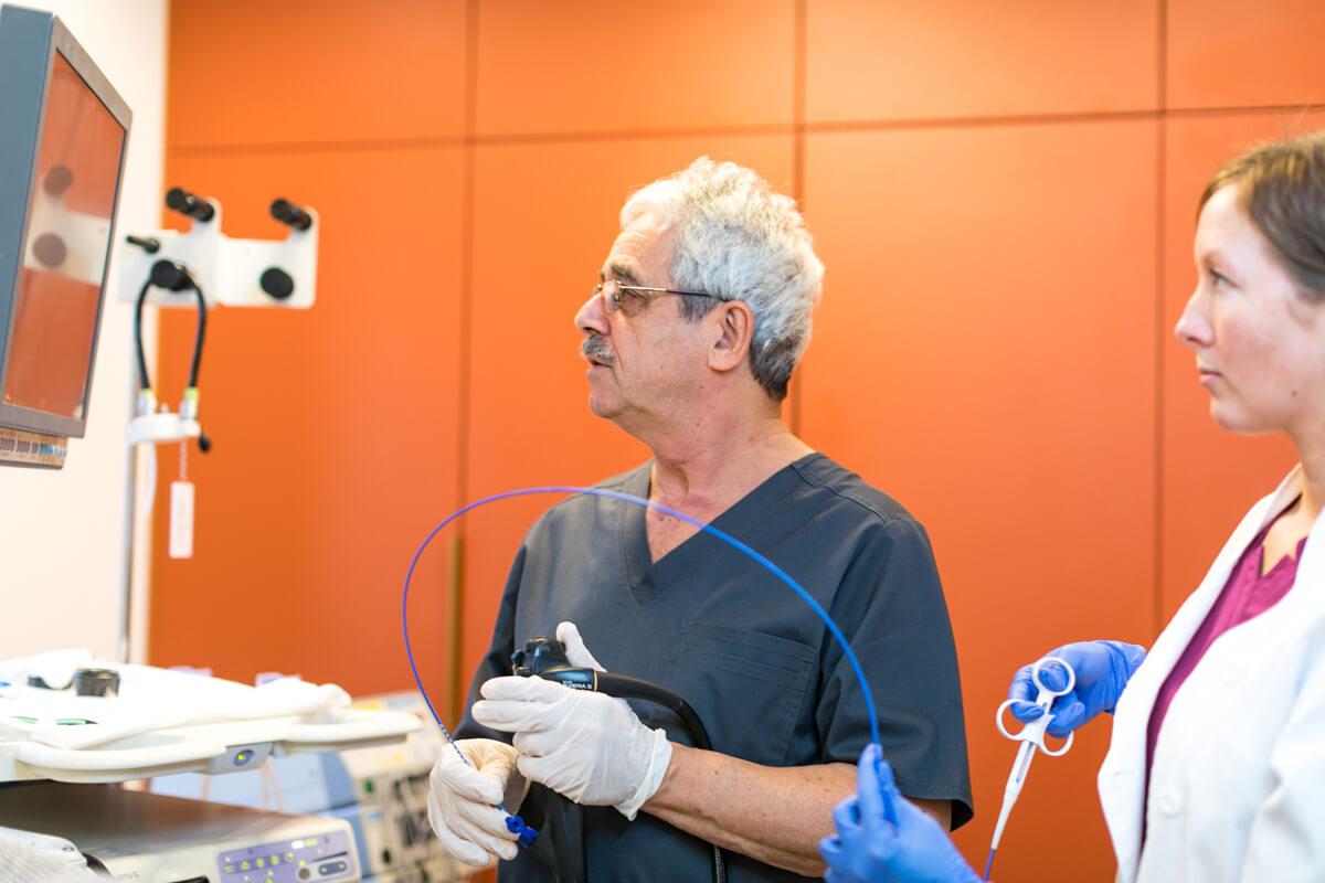 Dr. Pakodi Ferenc gasztroenterol�gia (kolonoszk�pia) vizsg�lat k�zben.