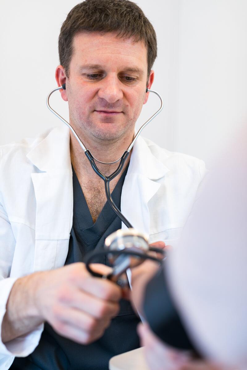 Dr. K�rthy D�nial h�ziorvosi vizsg�lat k�zben.