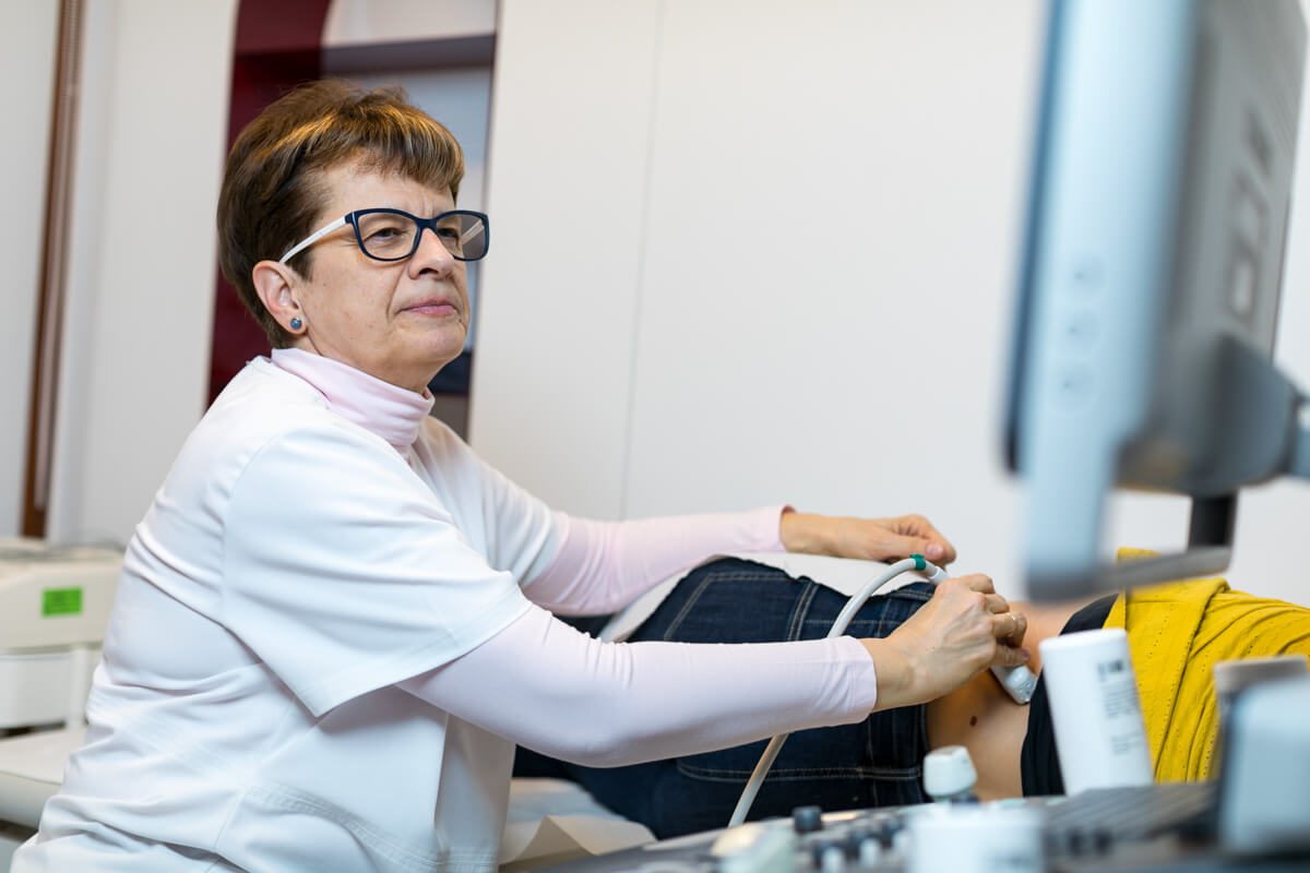 Dr. D�rczy Katalin ultrahang vizsg�lat k�zben a p�csi mag�nklinik�n.