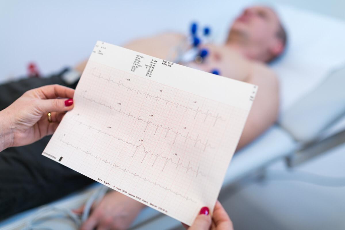 Dr. Pongr�cz-Kreska Zita Nyugalmi EKG vizsg�lat k�zben fogja az eredm�nyt.