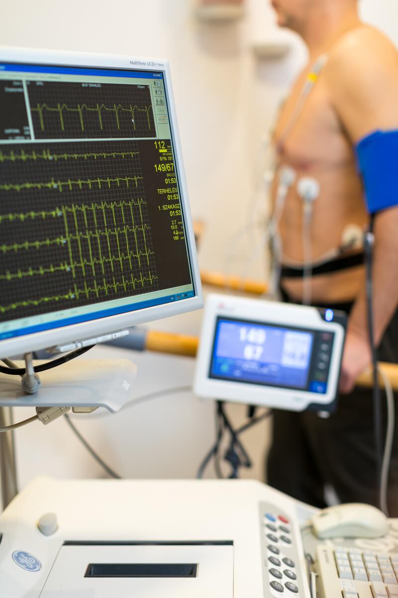 Terhel�ses EKG vizsg�lat k�zben a MyClinic P�cs Mag�nklinik�n.