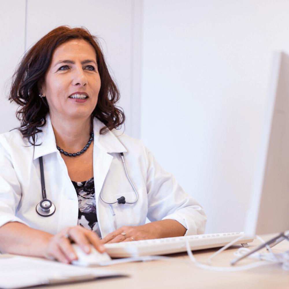 Endokrinológia vizsgálat közben Prof. Dr. Nagy Zsuzsanna pécsi endokrinológus, belgyógyász.