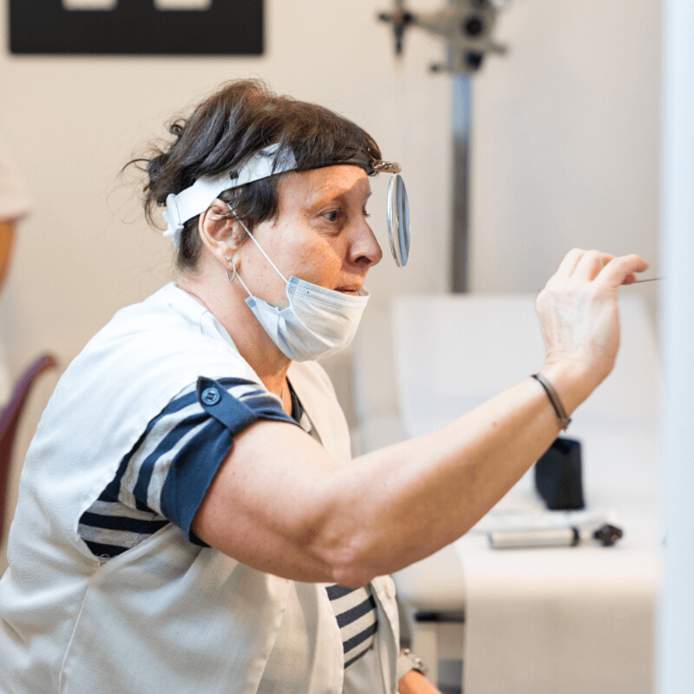 Fül-orr-gégészeti vizsgálat közben Dr. Csaba Tünde, pécsi fül-orr-gégész.