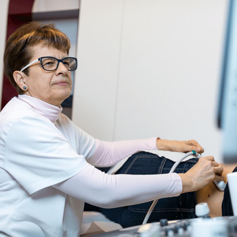 Ultrahang vizsgálat közben Dr. Dérczy Katalin, pécsi radiológus.