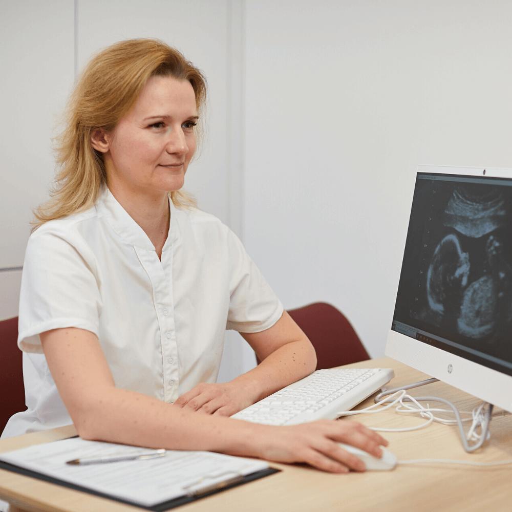 Nőgyógyászat magánrendelés közben Dr. Nagy Bernadett, pécsi nőgyógyász.