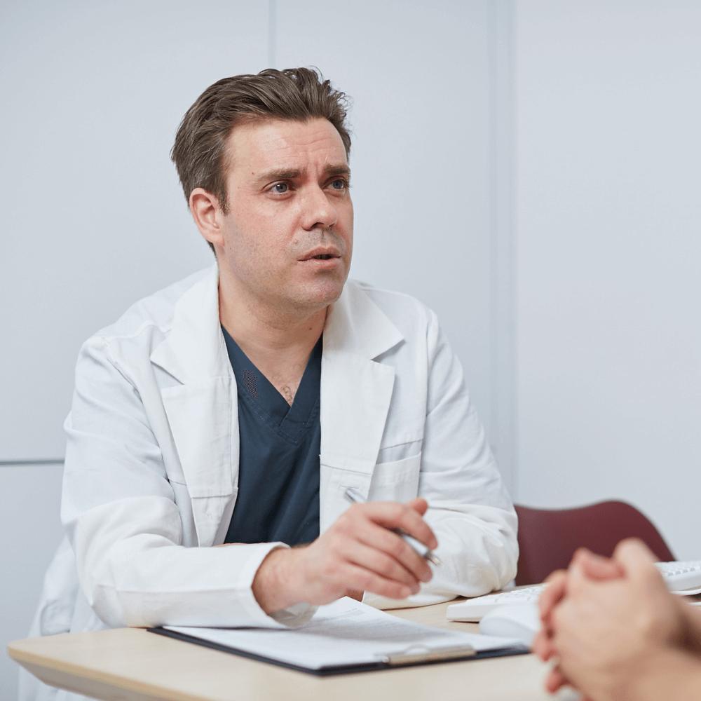 Dr. Szalai Gábor sebész sebészeti konzultáció közben.