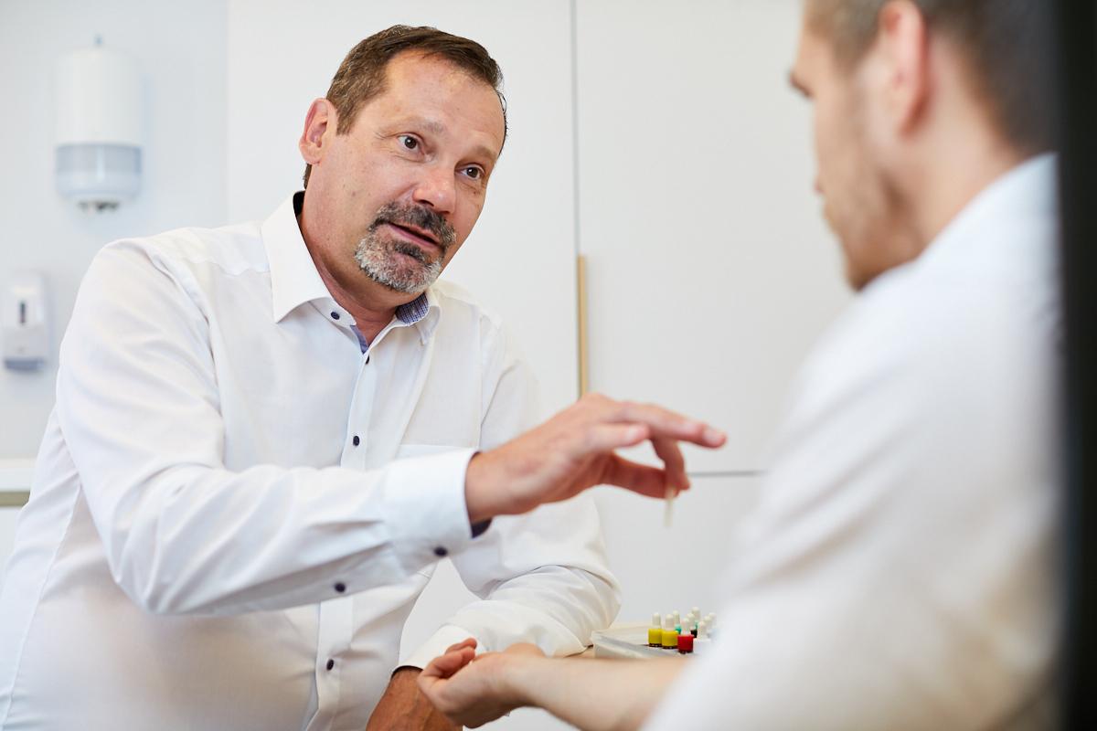 Allergia vizsgálat közben Dr. Rónai Zoltán Tüdőgyógyász, csecsemő- és gyermekgyógyász, klinikai immunológus és allergológus